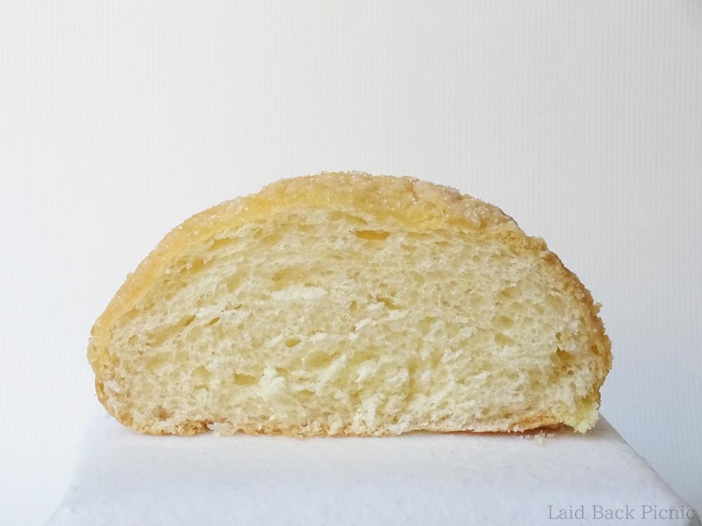 断面は、しっかり密度のあるパン