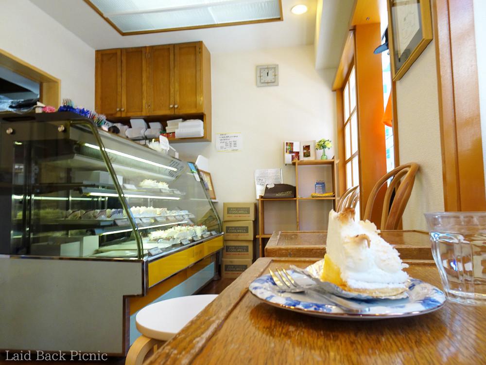 ケーキのショーケースと、小さなテーブルがある店内