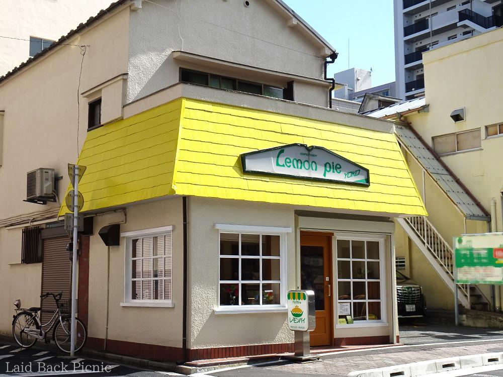 黄色い屋根が目を惹く