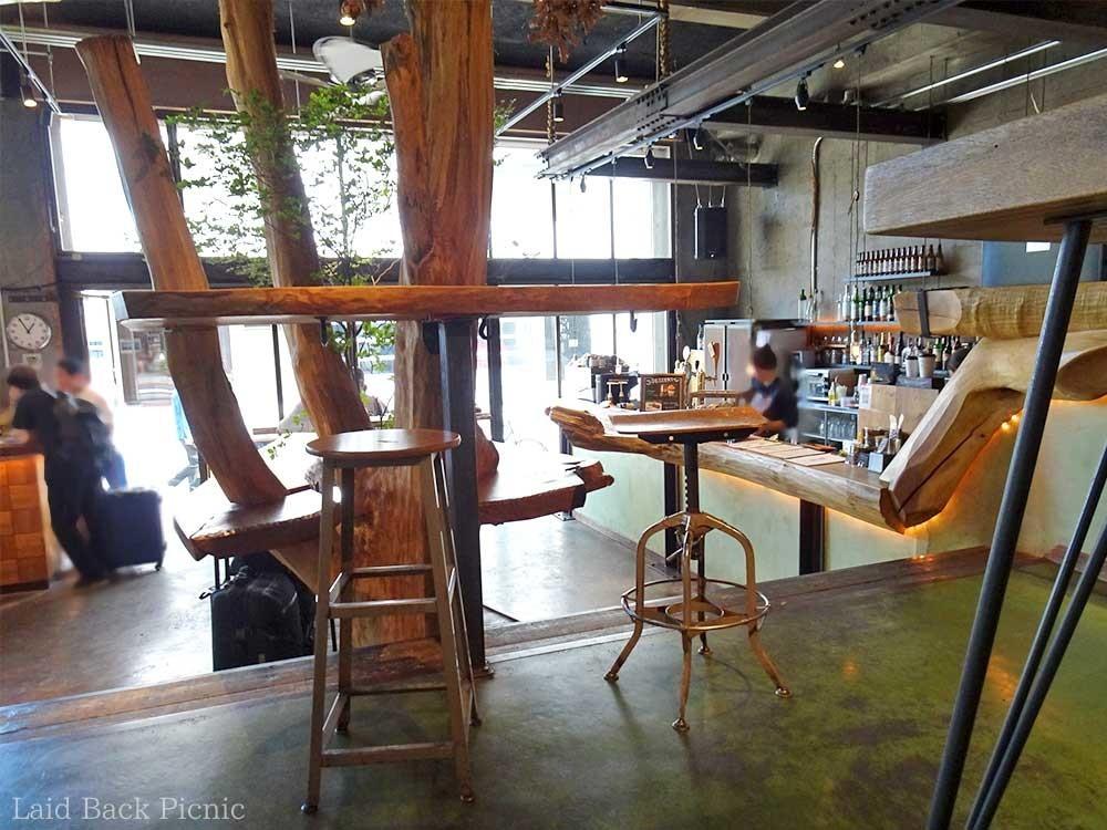 入口から見ると高い位置にカフェスペースがある