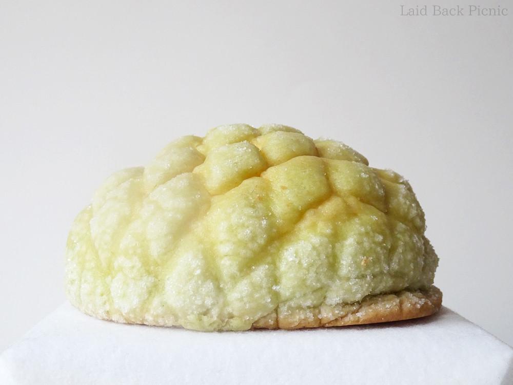 うす緑色のクッキー生地には中幅の網目模様