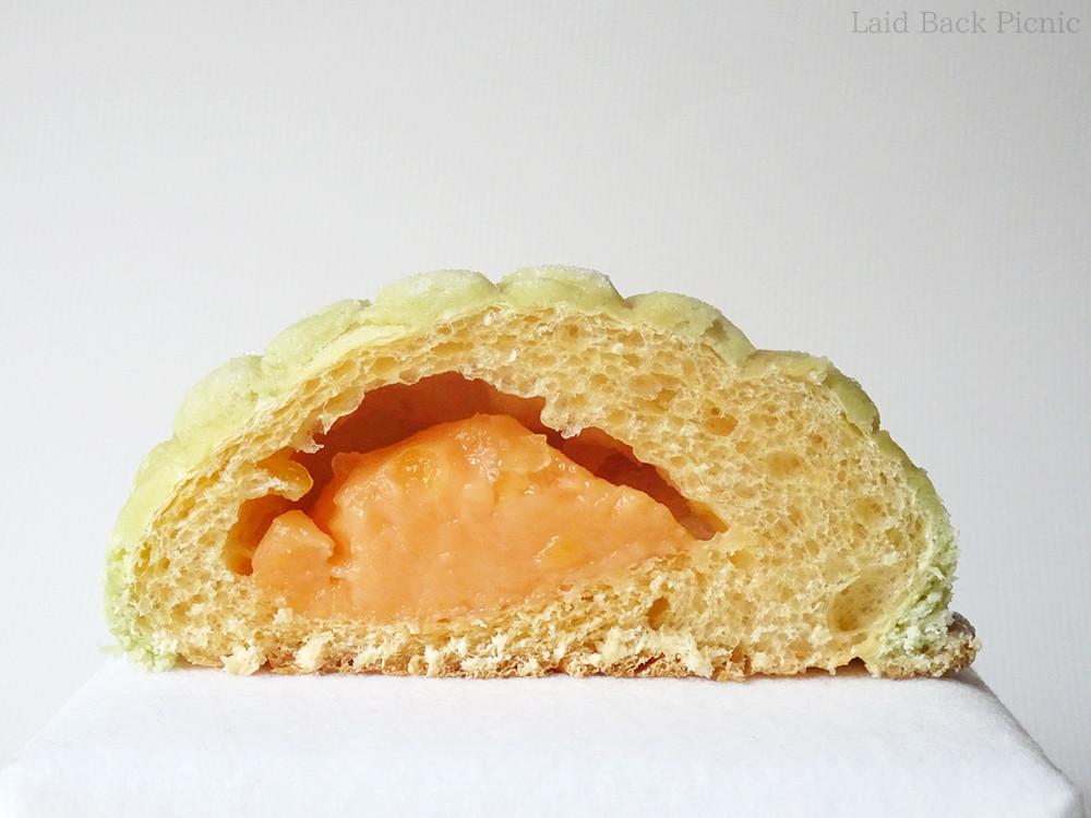 中にメロン色のクリーム入り