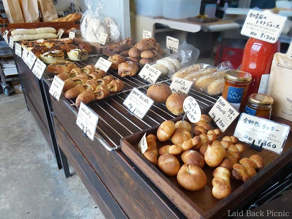 奥の棚には予約のパンが並ぶ