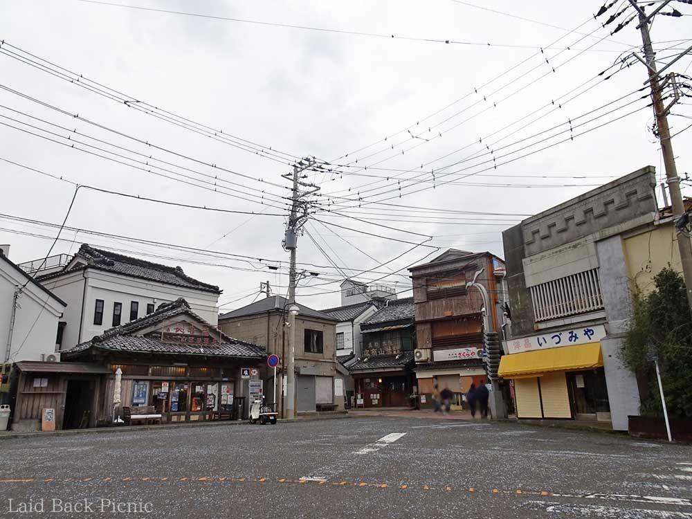 三崎港バス停から左側へ進む