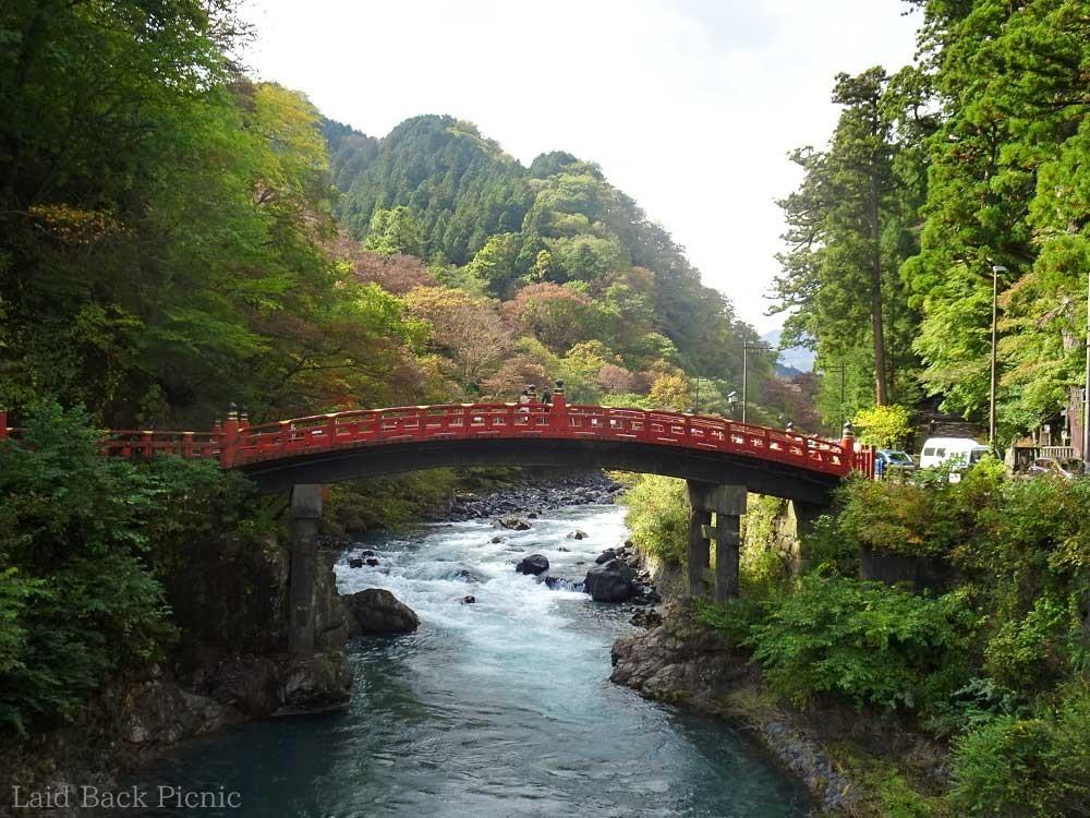 橋の奥に見える山もほんのり紅葉