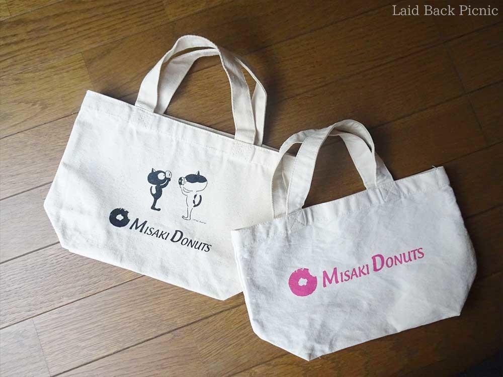 左:猫のイラストのミニトートと、右:ミサキドーナツのロゴ入りミニトート