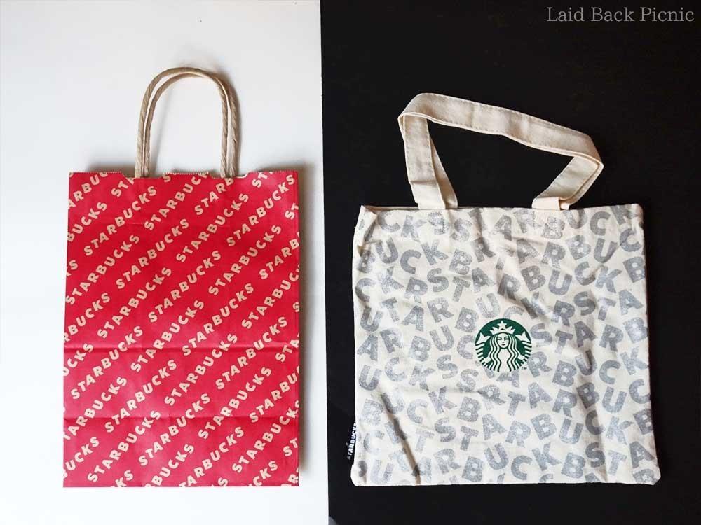 (左)クリスマスデザインの赤い紙バッグ (右)ミニトートバッグ