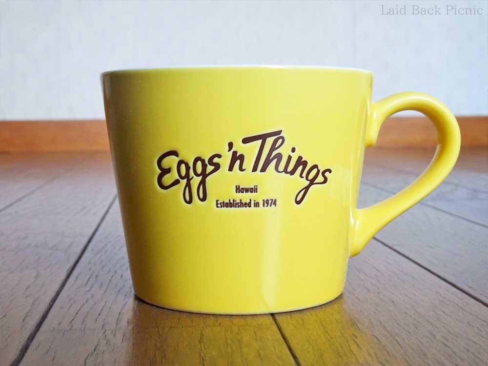 黄色いカップにエッグスンシングスのロゴ入り