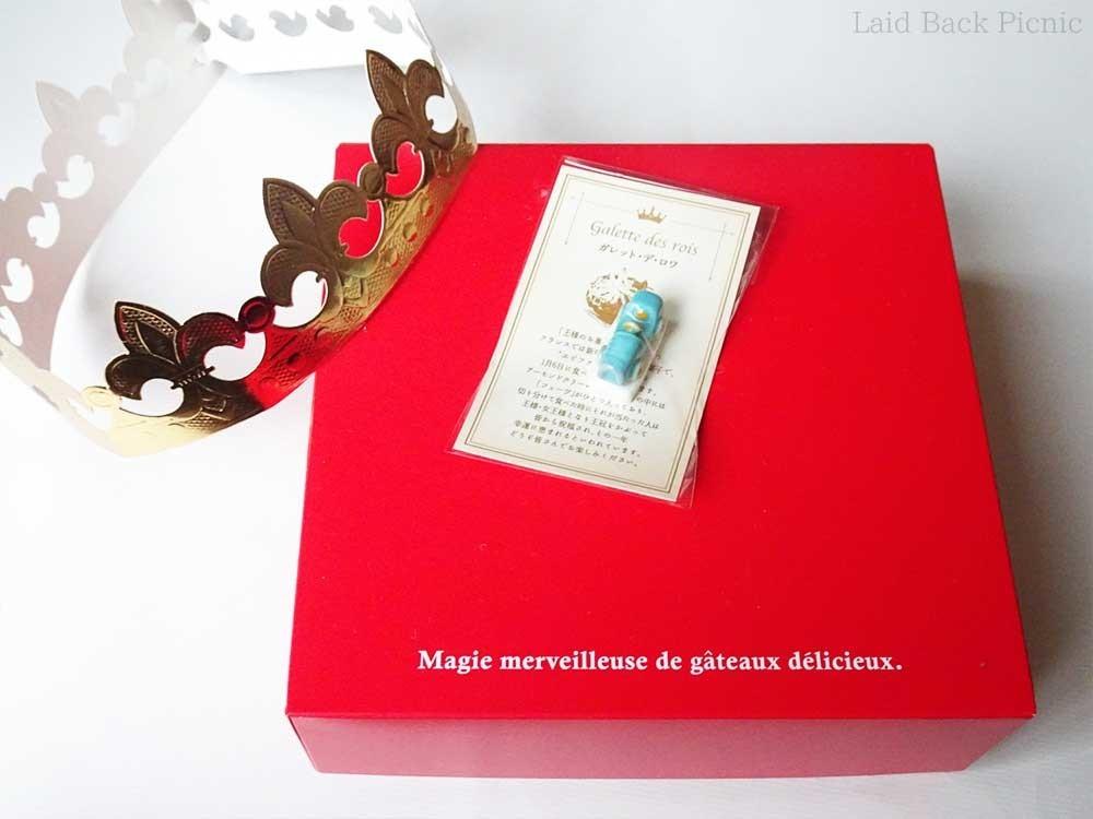 赤い箱にハイッガレット・デ・ロワと、金色の王冠、フェーブ付き