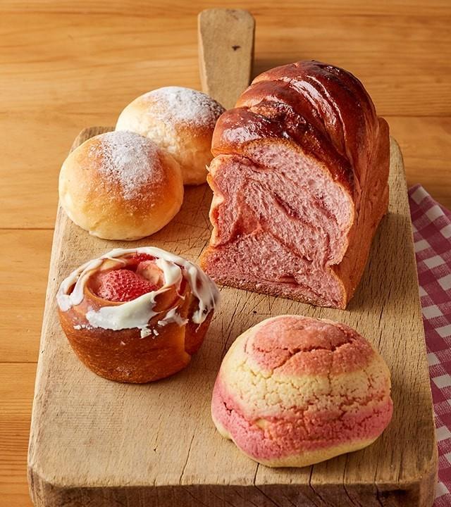 ピンクのパンが並んでいる