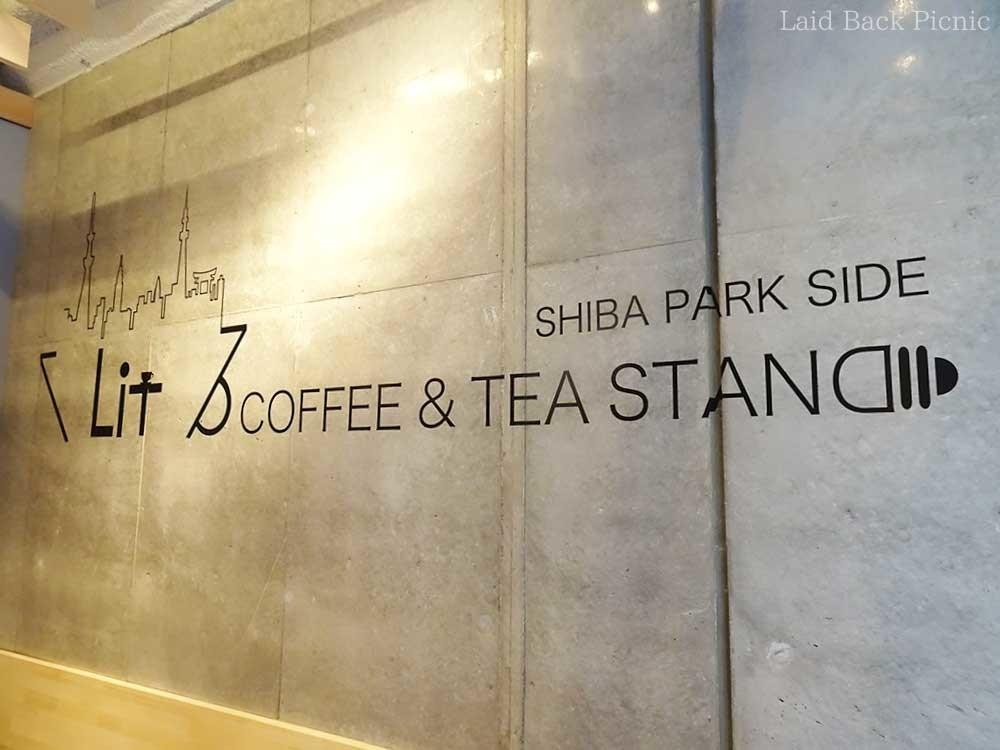 壁一面を使って大きなロゴがデザインされている