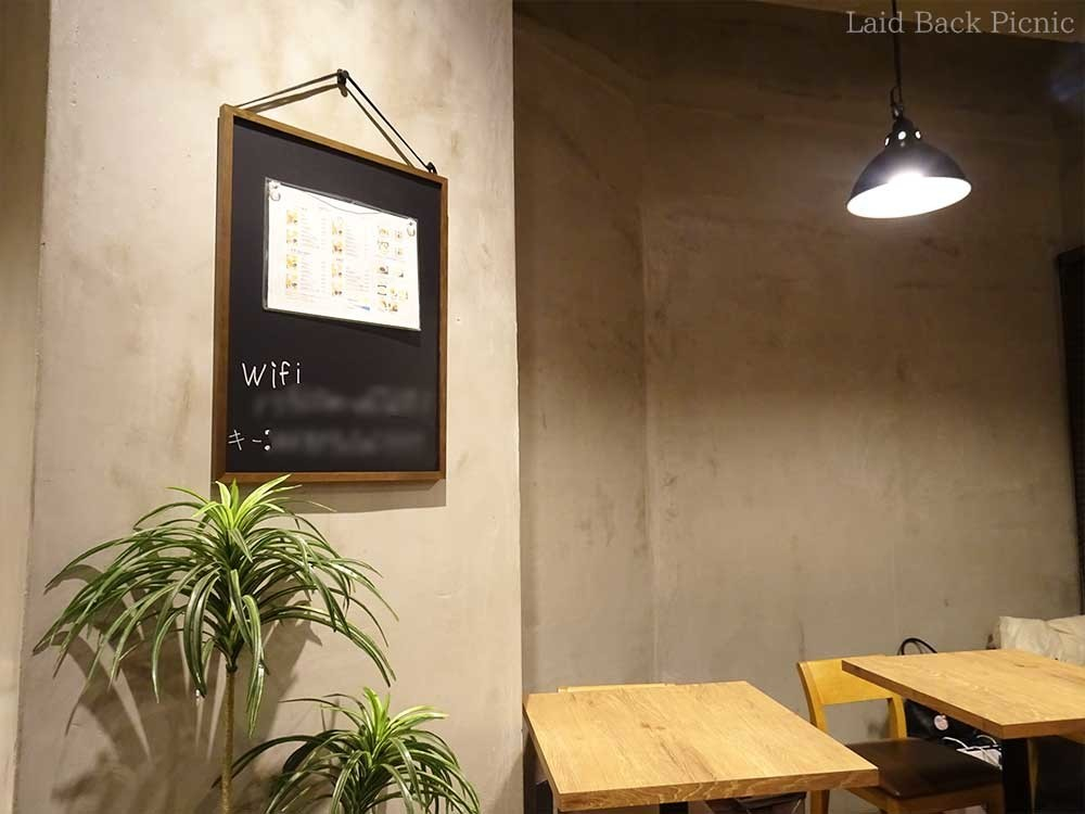 目立つ場所にWi-Fiパスワードが書かれている