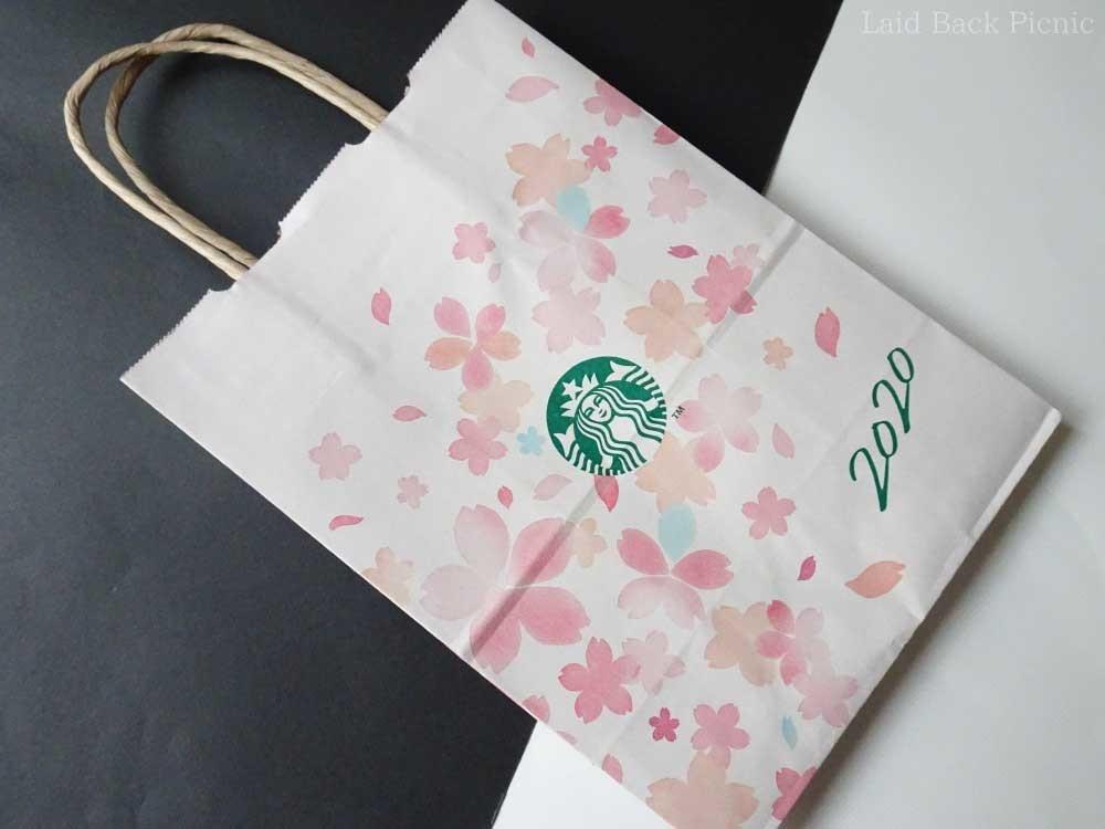 ほんのりピンク色の紙に花びらが舞うデザイン