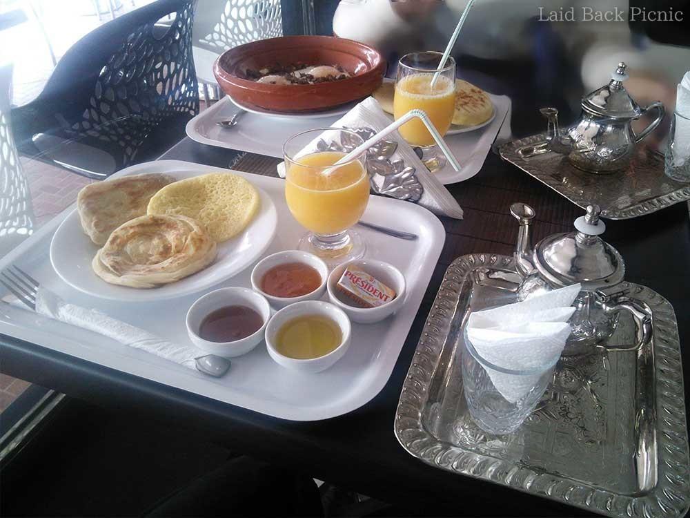 モロッコパン3種類とオレンジジュース・ミントティー