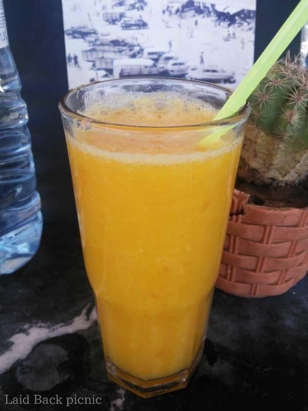グラスで提供されるオレンジジュース