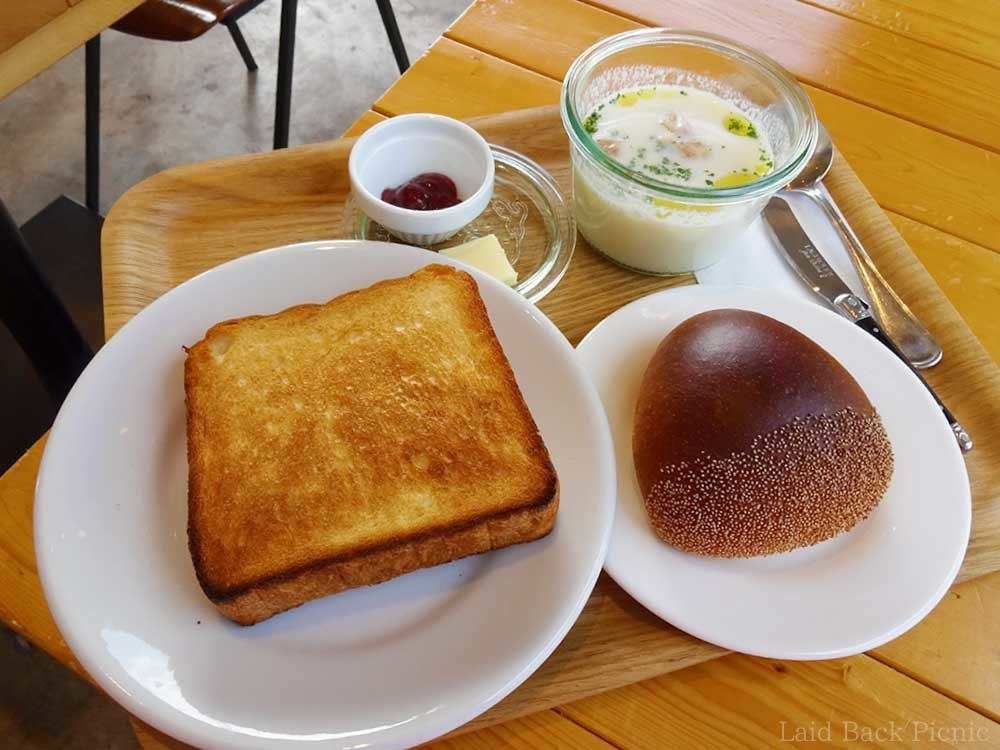 栗の形をしたパンとトーストにスープ