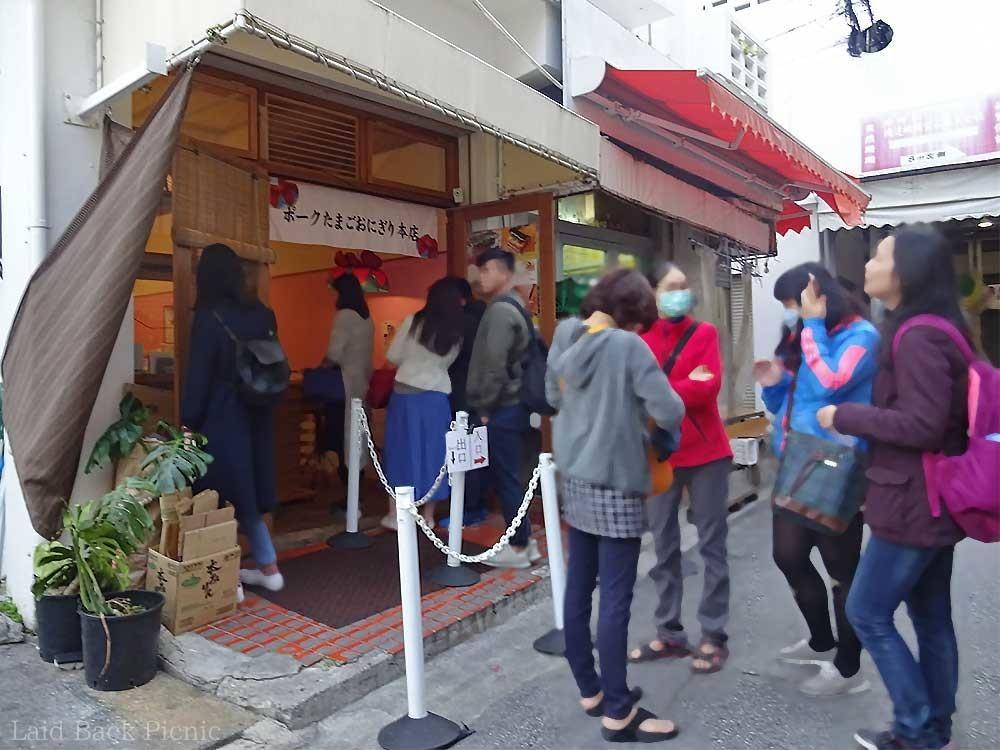 お店の前には続々と人が並ぶ