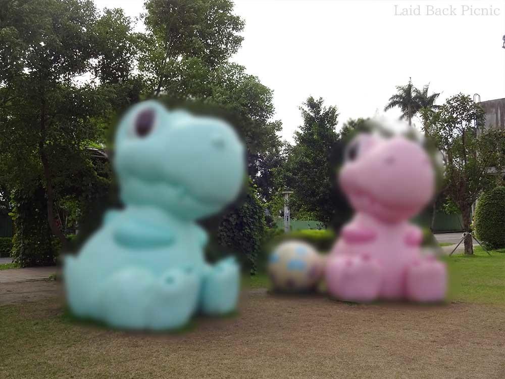 推定2m以上の水色とピンクのキャラクターっぽい恐竜