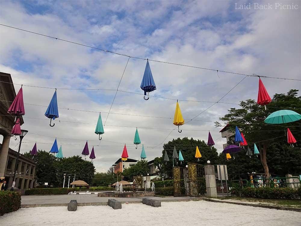 カラフルな傘が、たくさん宙に浮かんでいる