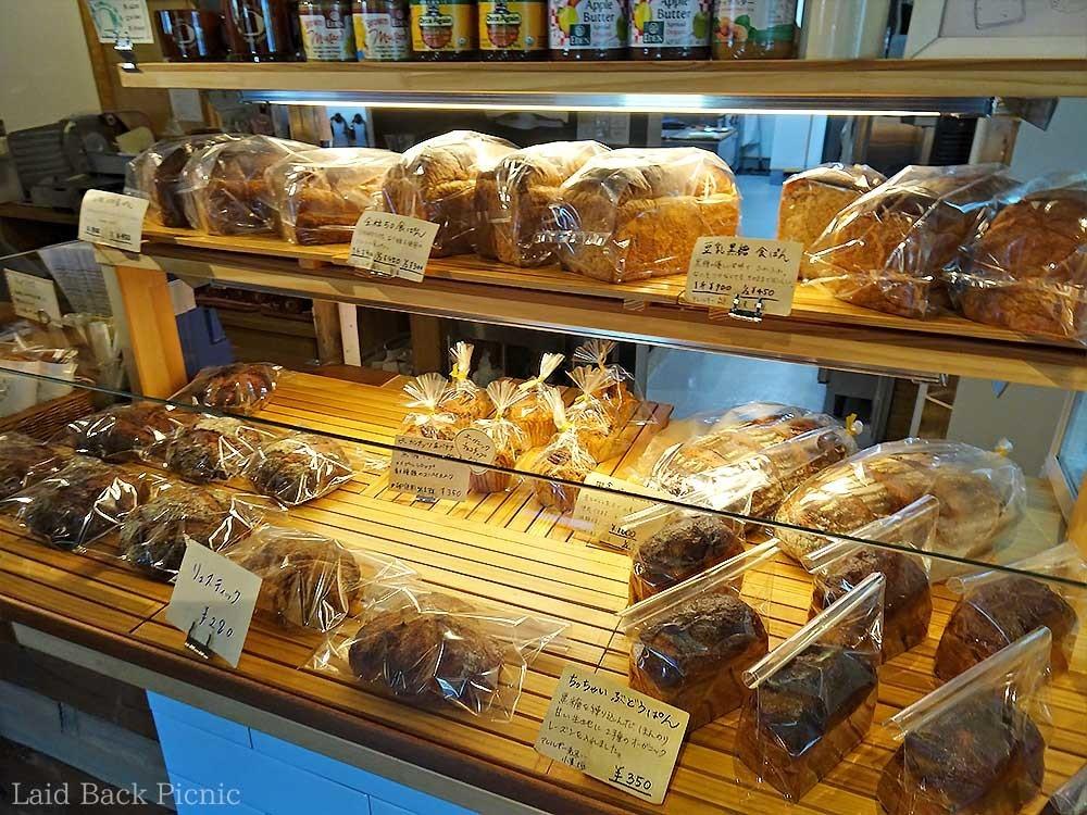 レジの隣にパンコーナー