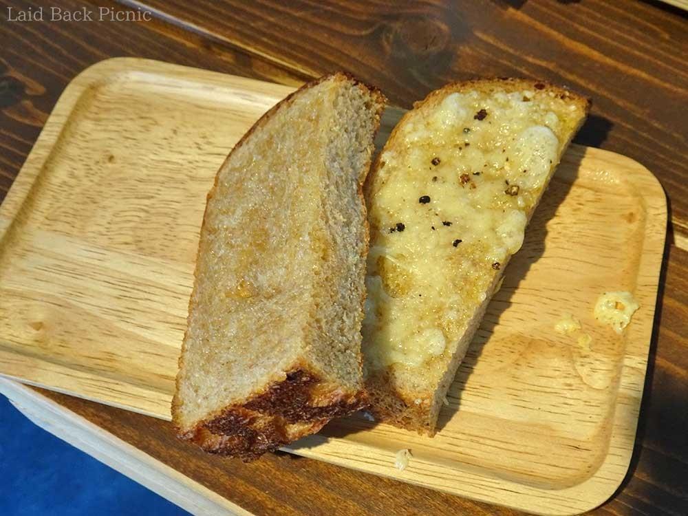 半分にカットされたパンが2種類