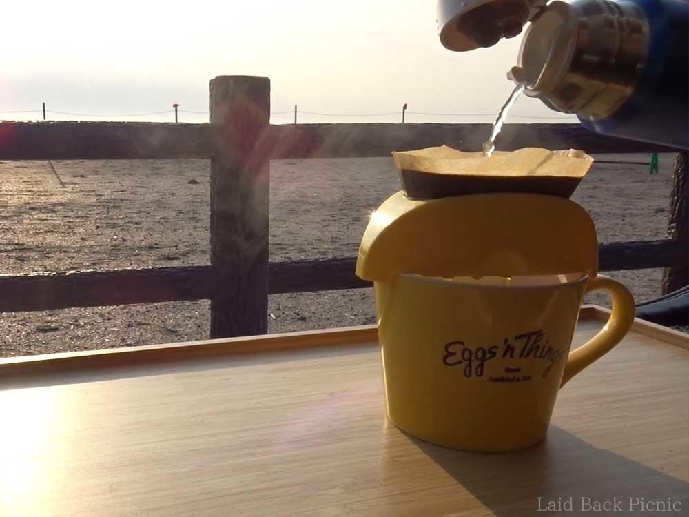大きなマグカップにコーヒーをドリップする