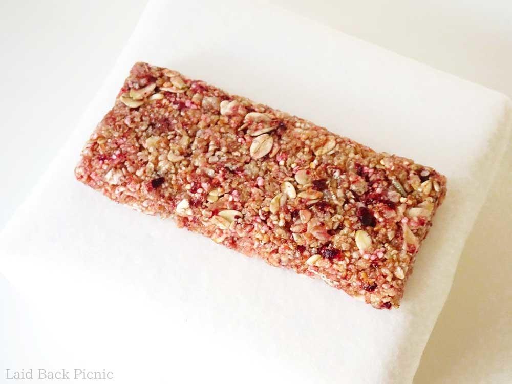 全体的にピンク色で、穀物をぎゅっと固めたようなシリアルバー