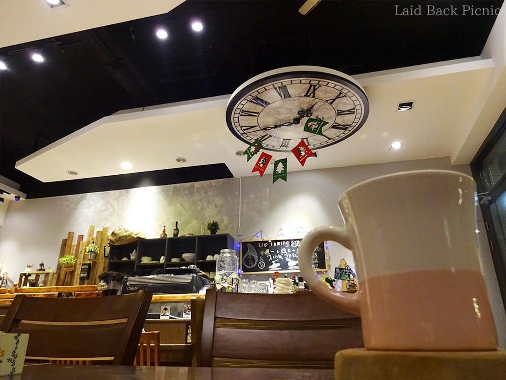 カウンターの天井には大きな時計がデコられている
