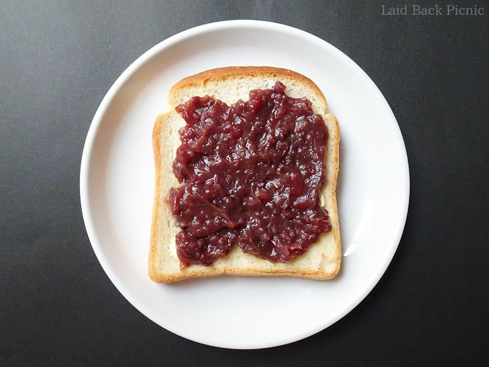 あずきをトーストにたっぷりトッピング