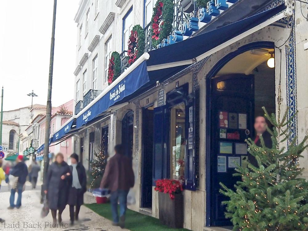 青い屋根が目印の店