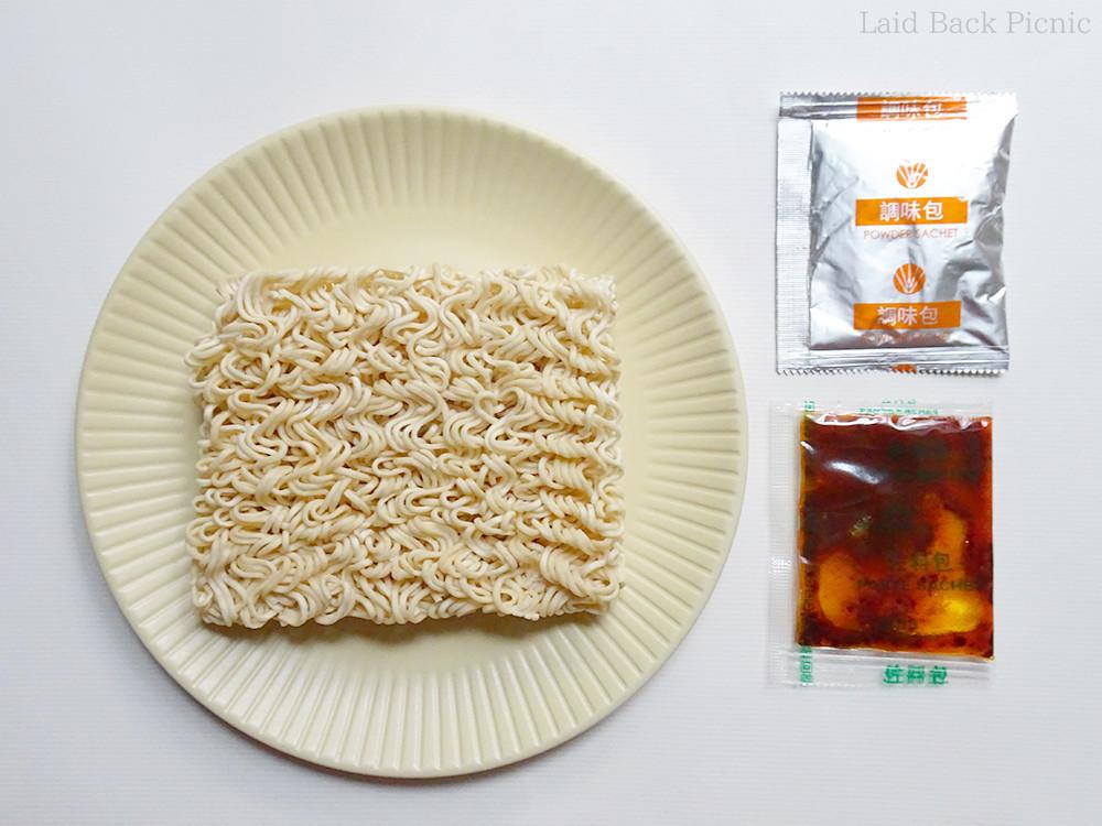乾麺と、調味料2種類
