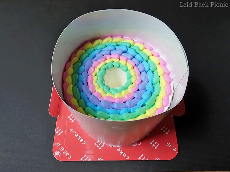 ケーキ自体は厚紙で巻かれているだけ