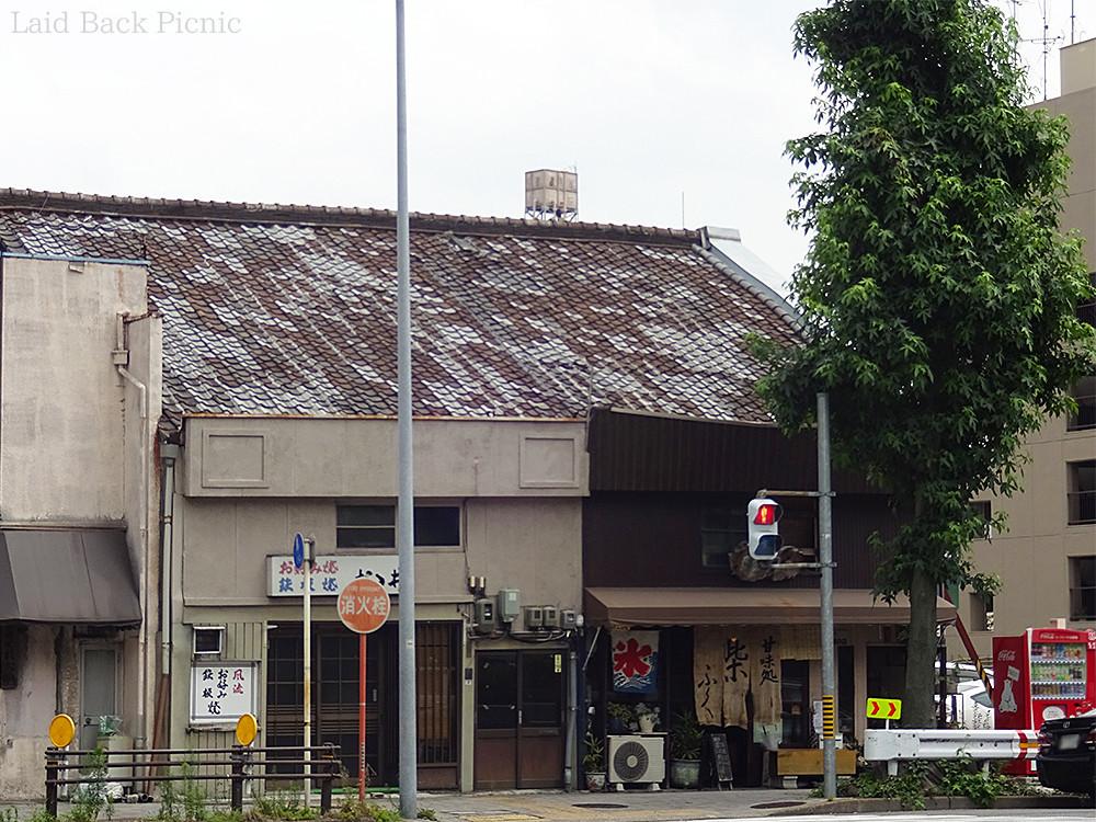 交差点の角にある古い建物