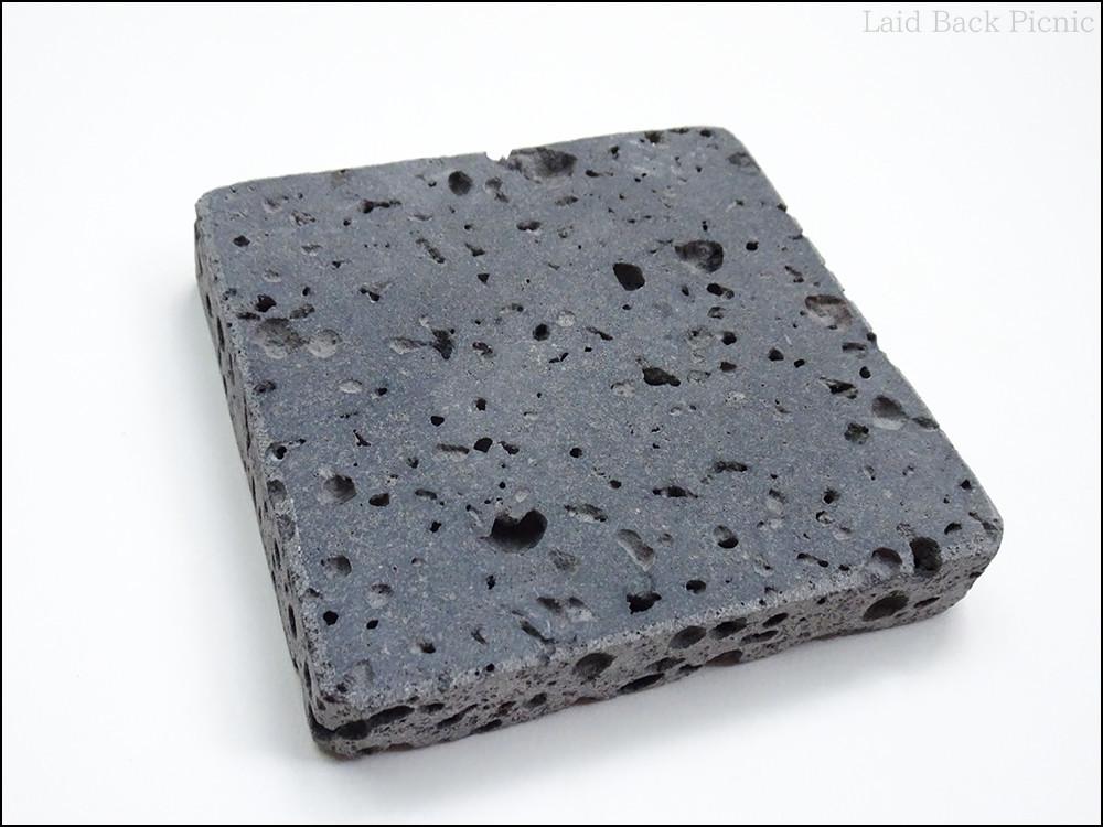 正方形のプレートには沢山の穴が開いている