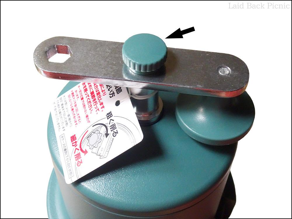 てっぺんのネジを外し、ハンドルを上向きに付けてネジで固定する