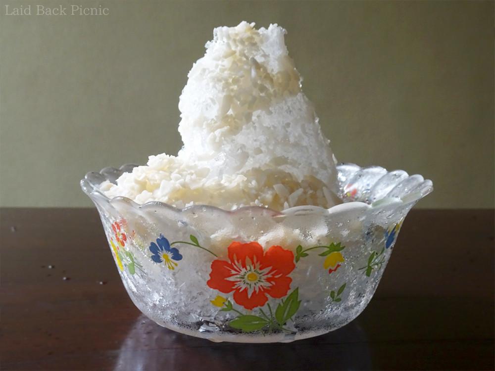 砕いたココナッツチップスがたっぷりのかき氷
