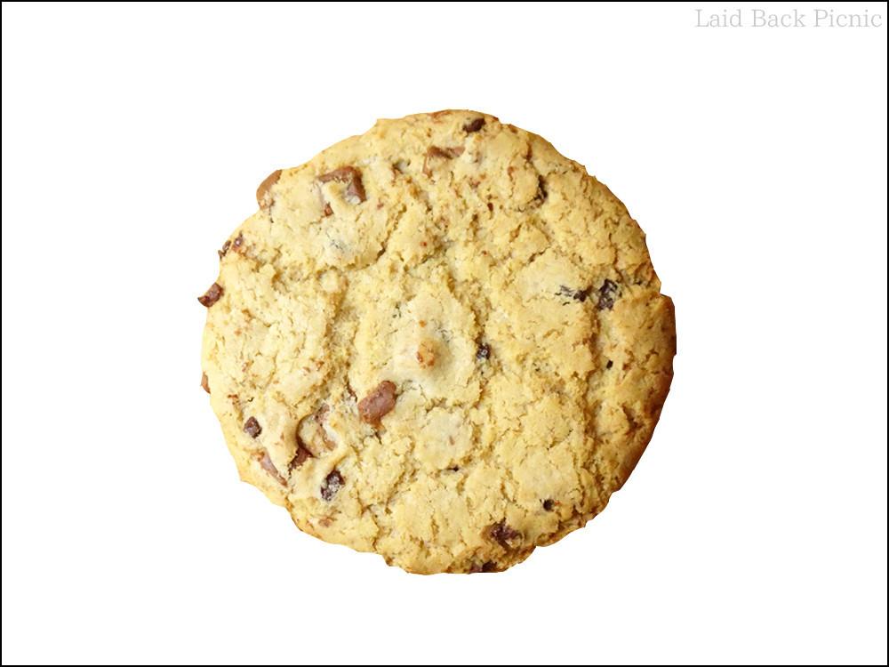 手のひら大のクッキーにまんべくなくチョコチップ入り
