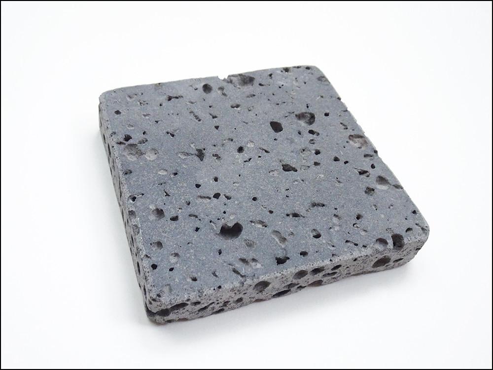 正方形の表面に穴が多数あるプレート