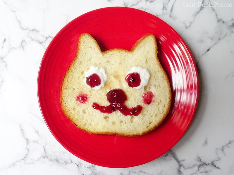 ヨーグルトとジャムで猫の顔を描いた