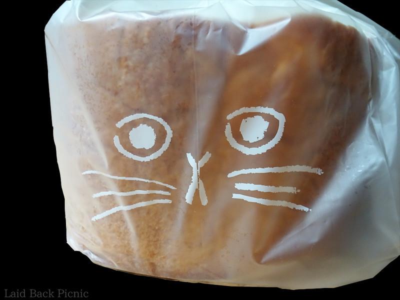 保存袋には猫の顔が描かれている