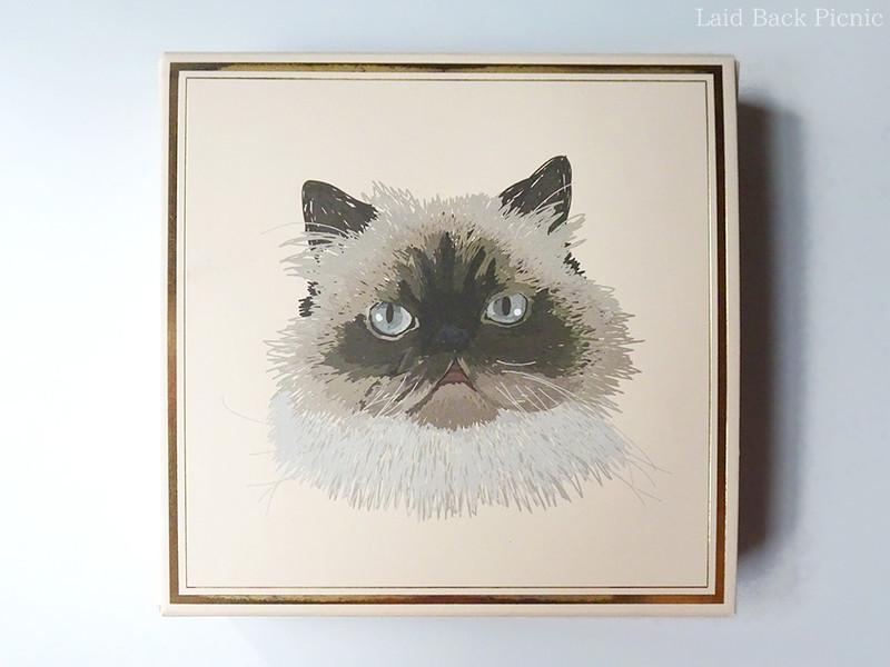 ベージュの箱に猫のイラスト入り