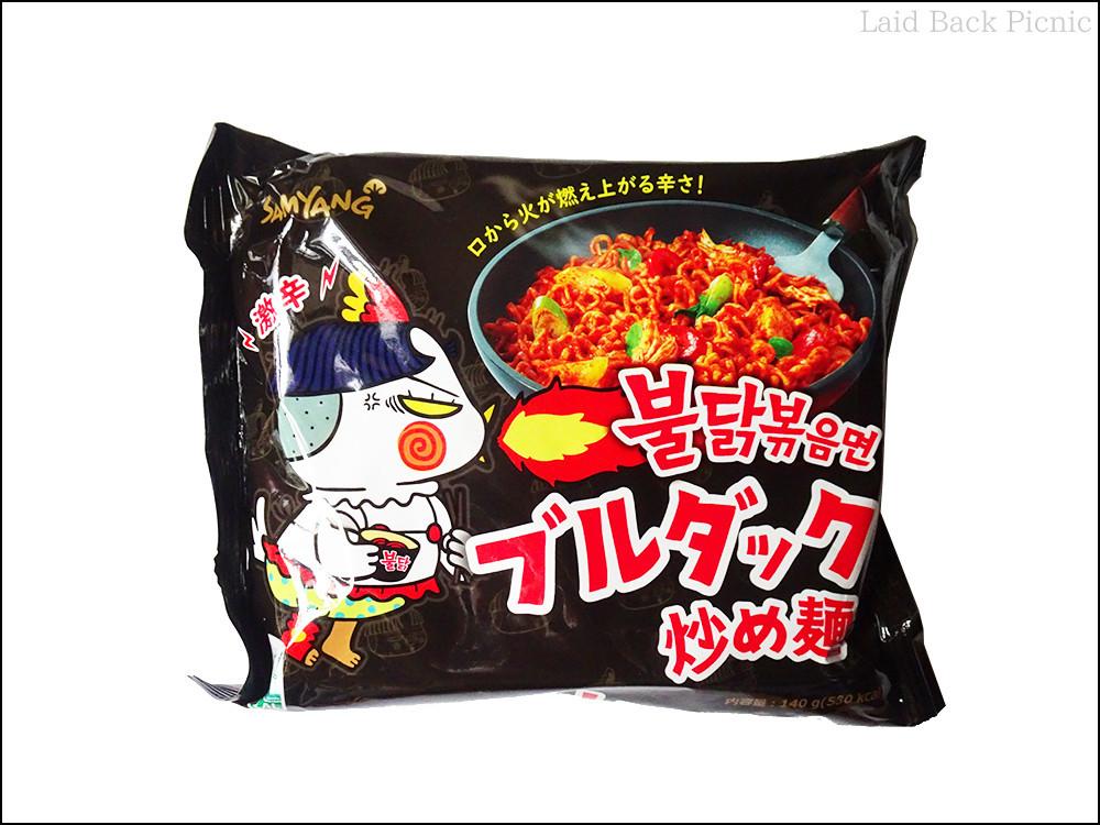 黒いパッケージに火を噴く鶏のイタスト入り