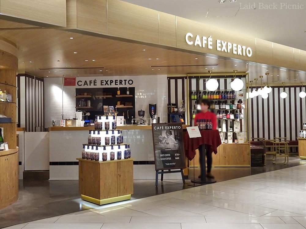 オープンな雰囲気の店の右側がカフェスペース
