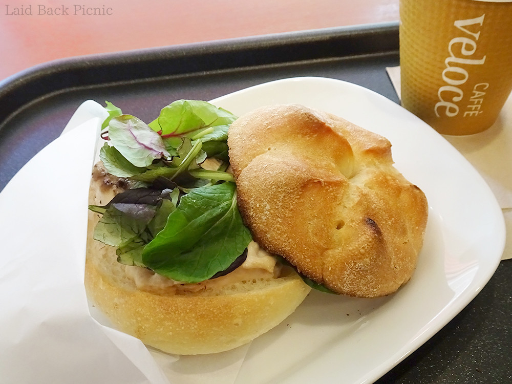 温められたパンに、チーズ・ツナ・数種類の葉野菜トッピング