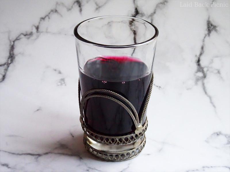 色は濃く、フチは鮮やかなワインレッド