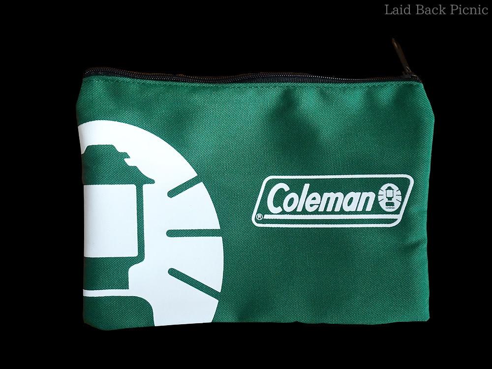 濃いグリーンに大きなランタンマークとコールマンのロゴ