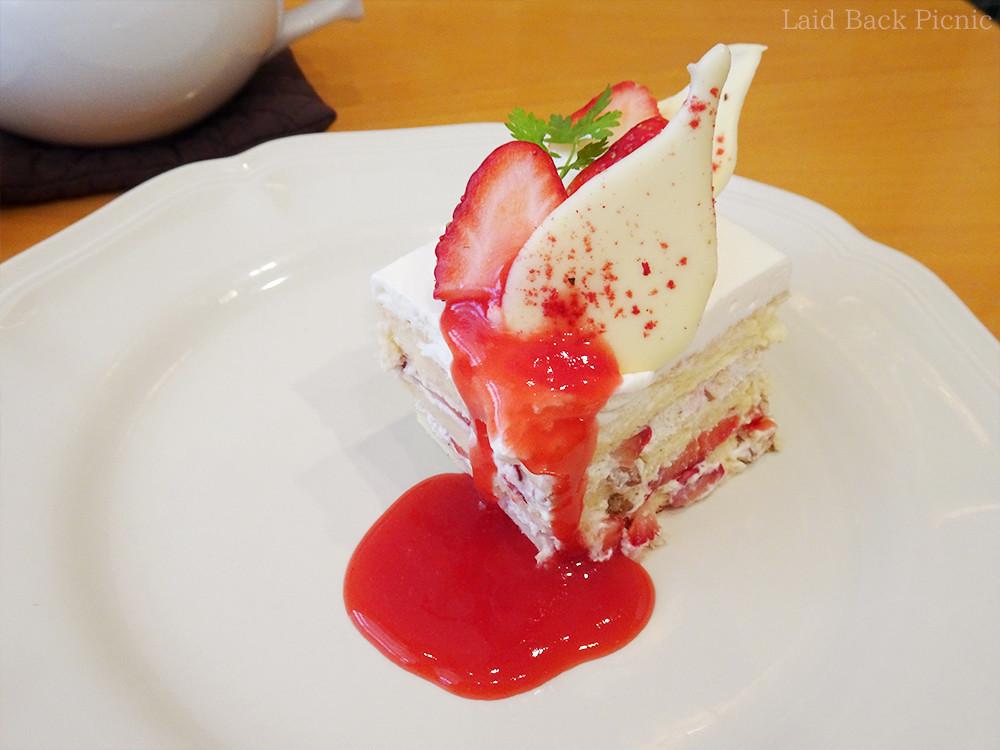 真っ赤な苺ソースのかかったケーキ