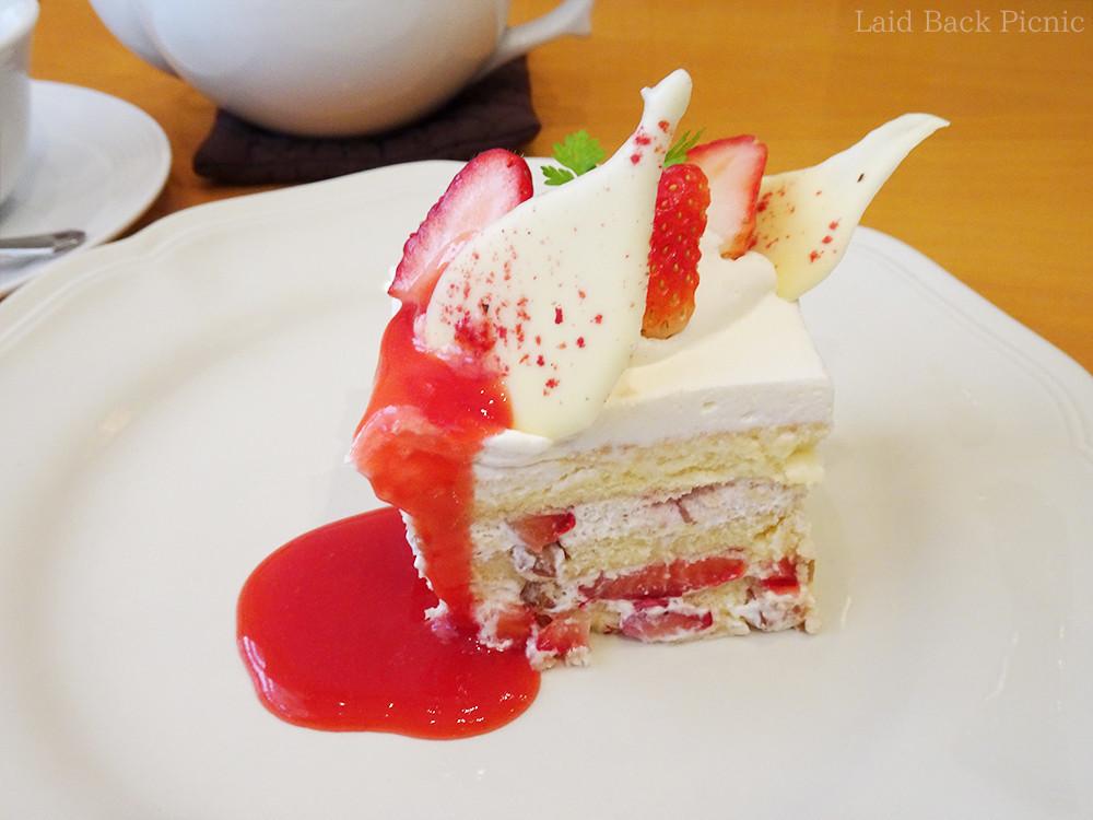 ホワイトチョコと苺がトッピングされたケーキ
