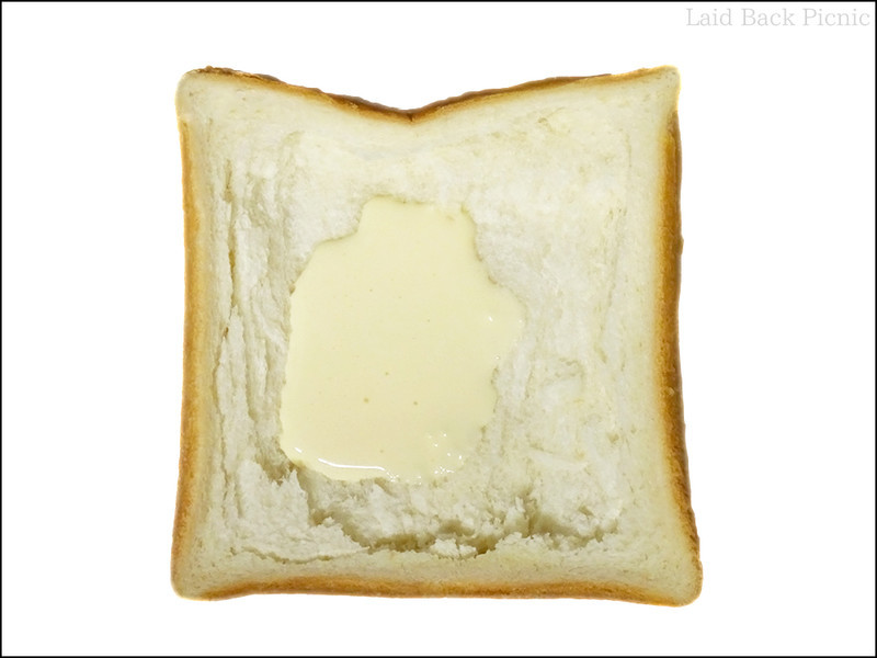少しパンの白いところを剥いだ
