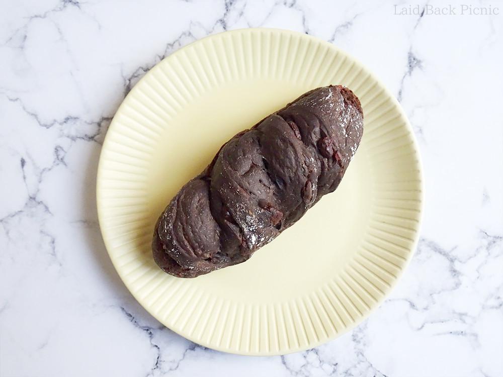 全体的に黒っぽいパンなのでチョコやクランベリーが外からはあまり見えない